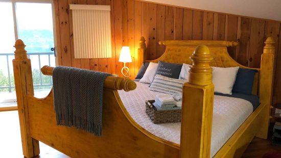 https://chaletsfjordsaguenay.com/wp-content/uploads/2021/03/chambre-lit-queen-chalet-a-louer-vue-fjord-saguenay-02-550x310.jpg