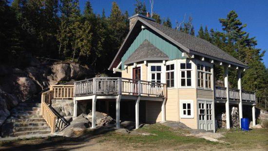 https://chaletsfjordsaguenay.com/wp-content/uploads/2021/03/refuge-chalet-a-louer-fjord-saguenay-exterieur-01-550x310.jpg