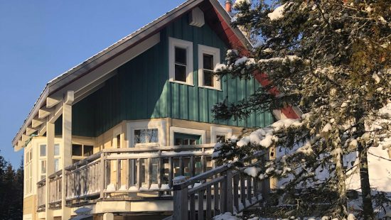 https://chaletsfjordsaguenay.com/wp-content/uploads/2021/03/refuge-chalet-a-louer-fjord-saguenay-exterieur-hiver-01-550x310.jpg