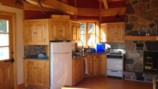 https://chaletsfjordsaguenay.com/wp-content/uploads/2021/03/refuge-chalet-cuisine-fjord-saguenay-01-1-550x310.jpg