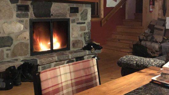 https://chaletsfjordsaguenay.com/wp-content/uploads/2021/03/refuge-chalet-foyer-fjord-saguenay-01-550x310.jpg