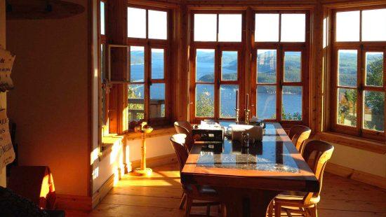 https://chaletsfjordsaguenay.com/wp-content/uploads/2021/03/refuge-chalet-salle-a-manger-vue-fjord-saguenay-1-550x310.jpg