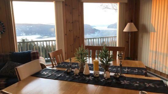 https://chaletsfjordsaguenay.com/wp-content/uploads/2021/03/salle-a-manger-chalet-a-louer-vue-fjord-saguenay-03-550x310.jpg