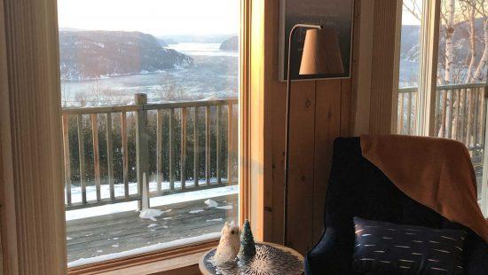 https://chaletsfjordsaguenay.com/wp-content/uploads/2021/03/salon-chalet-a-louer-vue-fjord-saguenay-03-scaled-550x310.jpg