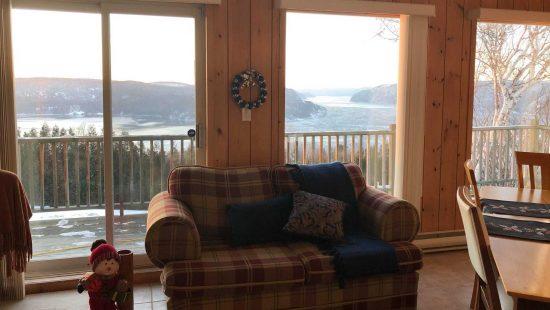 https://chaletsfjordsaguenay.com/wp-content/uploads/2021/03/salon-chalet-a-louer-vue-fjord-saguenay-550x310.jpg